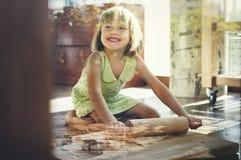 Att le för liten flicka bakar kakabegrepp royaltyfri fotografi