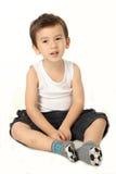 Att le för pojke sitter på golvet Arkivbild