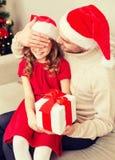 Att le fadern förvånar dottern med gåvaasken Fotografering för Bildbyråer