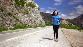 Att le joggeren k?r l?ngs berget stock video