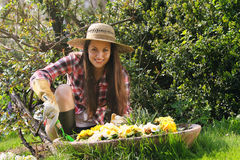 Att le kvinnan arbetar i trädgården Royaltyfria Bilder