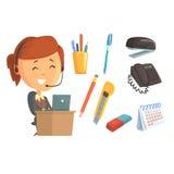 Att le kvinnan i hörlurar med mikrofon, ställde in för etikettdesign Arbete i kontoret, kontorstillförsel Specificerad färgrik te royaltyfri illustrationer