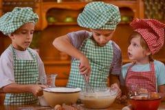 Att le lurar dananderöra i köket hemma Royaltyfri Bild