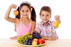Ungar med pläterar av frukt royaltyfri fotografi