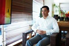 Att le lyckade affärsmän talar med någon i regeringsställning inomhus royaltyfria foton