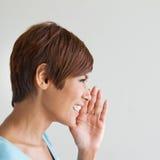 Att le lycklig kvinnaviskning, talar, meddelar, meddelar Royaltyfri Fotografi