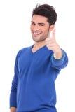 Att le mannen som gör oken, tummar upp tecken Arkivfoton