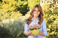 Härligt le mognar att arbeta i trädgården för kvinna Royaltyfri Foto