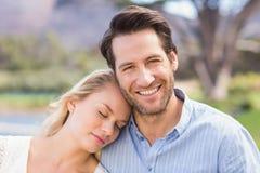 Att le par på datumet som kopplar av med ögat, stängde sig Royaltyfri Foto