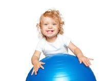 Att le som är blont, behandla som ett barn med den gymnastiska bollen Arkivfoto