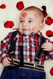 Att le som är gulligt, behandla som ett barn pojken med läppstift på hans vänder mot Royaltyfri Fotografi