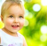 Att le som är gulligt, behandla som ett barn flickan Royaltyfri Bild