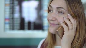 Att le unga flickan i elegant kläder talar på smartphonen på flygplatsen stock video
