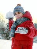 Att leka kastar snöboll Arkivfoton
