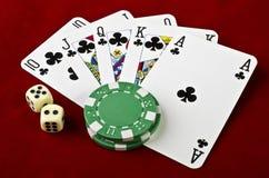Att leka kort (kunglig personspolningen), kasino gå i flisor och tärnar royaltyfri fotografi