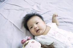 Att ligga behandla som ett barn flicka 11 Royaltyfri Foto