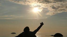 Att ligga lossa styrkamannen som trycker på solen i sista liv, noterar ultrarapid 2 stock video