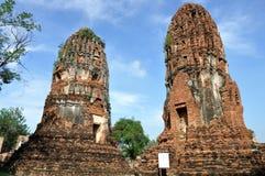 Att luta står hög på Wat Phra Mahathat Royaltyfria Foton