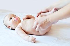 Att massera av lite behandla som ett barn Fotografering för Bildbyråer