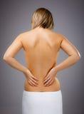 Att massera för kvinna smärtar baksidt royaltyfri foto