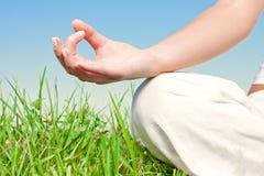 att meditera för händer poserar kvinnan Fotografering för Bildbyråer