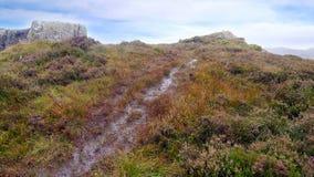 Att närma sig den Eagle Crag toppmötet, sjöområde arkivbilder
