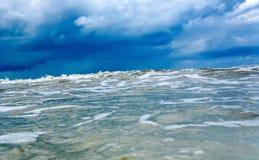 Att närma sig den enorma vågen i det blåa kalla havet eller havet Tsunami stormorkan royaltyfri foto