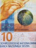 att närma sig en schweizisk sedel av tio franc och amerikansk dollarräkning, bakgrund och textur royaltyfria foton