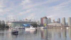 Att närma sig för Aquabuss - ställe för bakgrund F. KR. och i stadens centrum Vancouver stock video