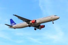 Att närma sig för SAS flygbuss A321 royaltyfria bilder