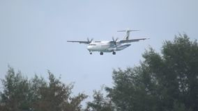 Att närma sig för turbopropmotorflygplan stock video