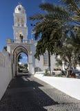 Att närma sig till den huvudsakliga fyrkanten i Melgalochori, Santorini Royaltyfri Bild