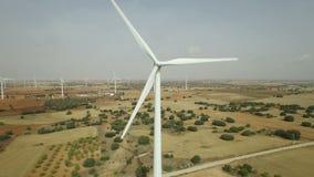Att närma sig till vindturbinen, flyg- sikt stock video