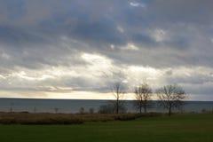 Att nå en höjdpunkt för sol kastade på en molnig dag Fotografering för Bildbyråer