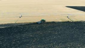 Att odla traktoren arbetar på ett fält, bästa sikt stock video