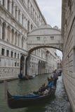 Att passera under bron av suckar Arkivbild