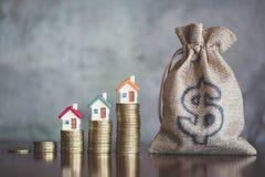 Att planera besparingpengar av mynt för att köpa ett hem, begreppet för egenskapsstege, intecknar och fastighetsinvesteringen för arkivfoton