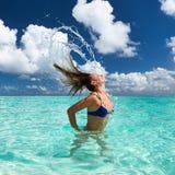Att plaska för kvinna bevattnar med hår i hav Fotografering för Bildbyråer