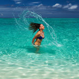 Att plaska för kvinna bevattnar med hår i hav Royaltyfri Fotografi