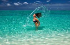 Att plaska för kvinna bevattnar med hår i hav Royaltyfria Foton