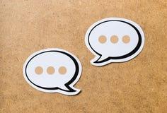 Att prata anförande bubblar med tre prickar Arkivfoto