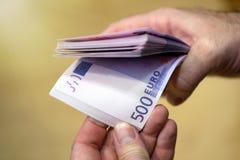 Att att räkna pengar Man som räknar pengar, EUR Royaltyfri Bild