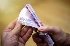 Att att räkna pengar Man som räknar pengar, EUR Royaltyfria Bilder