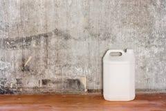 Att reparera den gamla betongväggen för rum, det smutsiga bruna golvet och kan Arkivbilder
