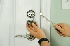 Att reparera installera dörrdeadbolten låser på huscloseupen royaltyfria bilder