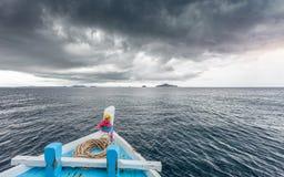 Att resa fartyget för att gå till ön, medan regna strom nära, kommer royaltyfria bilder
