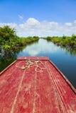 Att resa till och med Tonle underminerar laken Royaltyfria Bilder