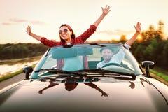 Att resa vid förälskade bil- lyckliga par passerar cabrioletbilen i s arkivfoton