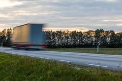 Att rusa annalkande lastbilar för rörelsesuddighet med att glöda tänder på Arkivbild