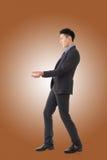 Att rymma poserar av asiatisk affärsman arkivbild
